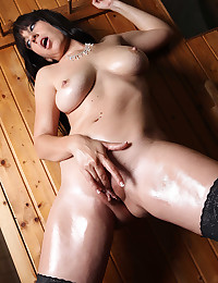 Perfectly Shaved And Oiled Babe Eloa